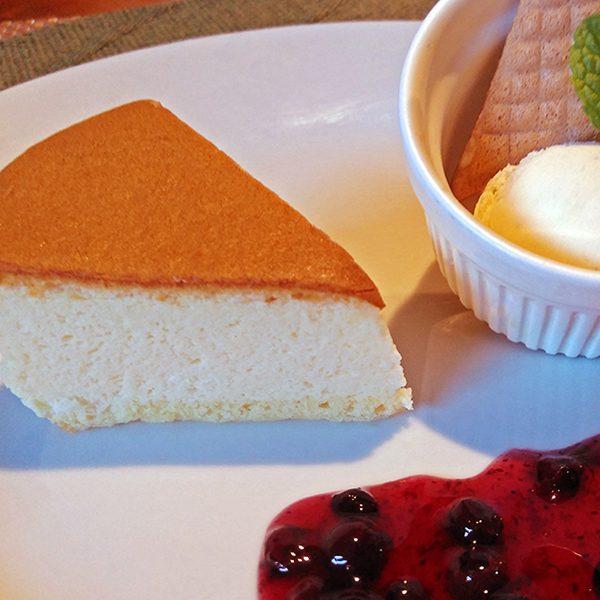ジャージーミルクのチーズケーキ ジャージーアイスクリーム添え
