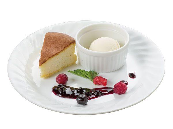 牧場生しぼりミルクのチーズケーキ 濃厚アイスクリーム添え<span>Cheesecake Made with Fresh Farm Milk With Rich Ice Cream</span>