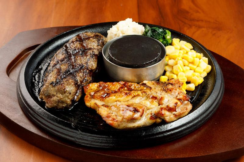 牛100%網焼きグリルハンバーグ&チキングリルステーキ<span>100% All-Beef Hamburger & Grilled Chicken</span>