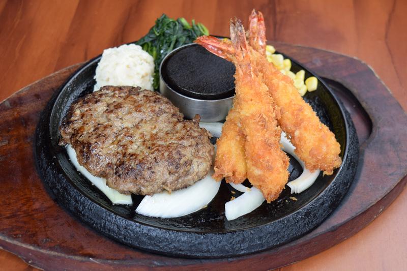 牛100%手焼きハンバーグ& ぷりぷり海老フライ(3尾)<span>100% All-Beef Hamburger & Fried Shrimp</span>